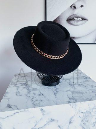 Elegantný klobúk CHAIN GOLD so zlatou retiazkou